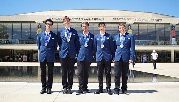 """חמשת חברי הנבחרת הישראלית באולימפיאדה לפיזיקה (צילום: יוסי איפרגן, לע""""מ)"""